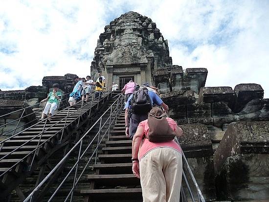 1.1289777088.climbing-to-the-highest-tower-at-angkor-wat