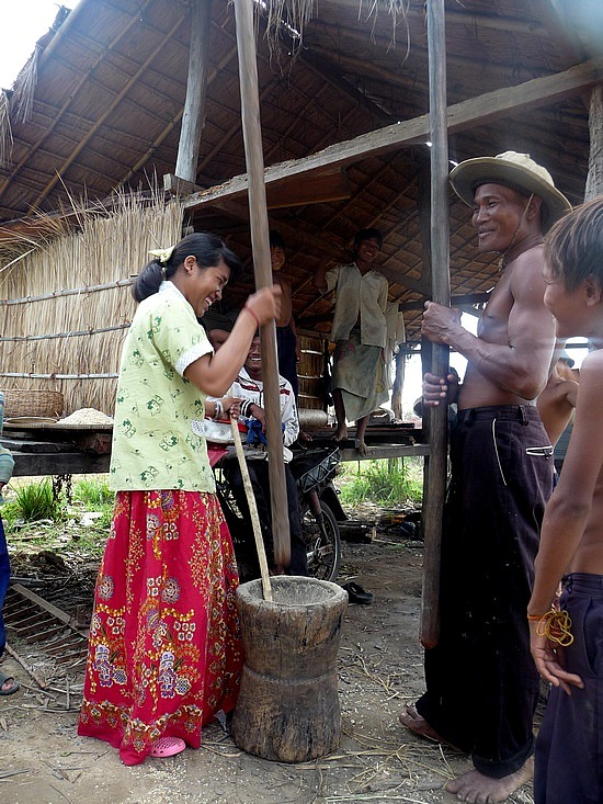 1.1289777125.villagers-at-koh-ker-pounding-rice-into-flour