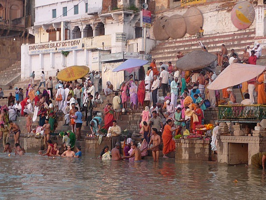 1.1288048865.the-faithful-bathing-in-the-ganges-at-sunrise