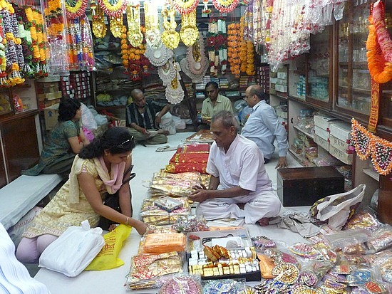 1.1288221739.selecting-wedding-supplies-in-chandni-chowk