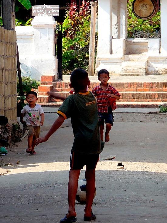 1.1289517873.kids-playing-soccer-in-ban-xienghune-village