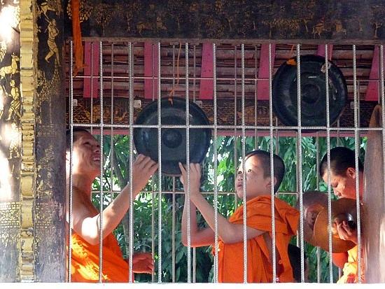 1.1289517873.monks-making-music-on-buddha-day