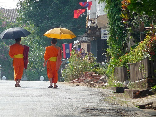 1.1289517873.monks-on-the-streets-of-luang-prabang