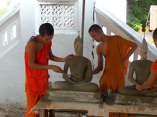 1.1289517873.novice-monks-sculpting-buddha