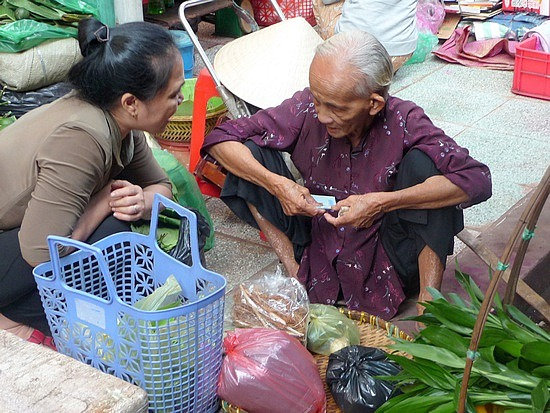 1.1288740217.woman-buying-herbs-at-the-cho-binti-tay-market