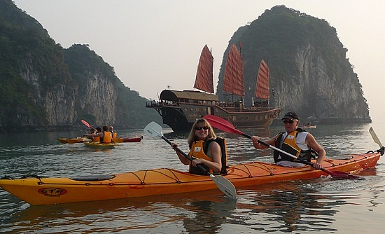 1.1288999430.kayaking-on-bai-tu-long-bay-with-jeff