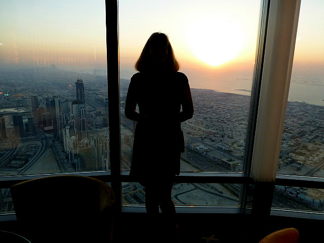 3.1349529021.watching-the-sun-set-over-dubai-at-atmosphere