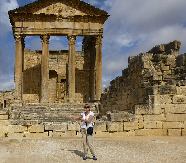 4.1381140206.me-in-front-of-teh-capitole-at-dougga