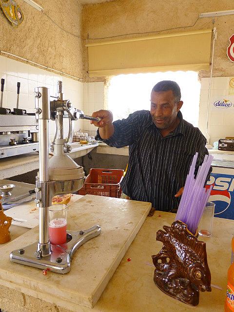 4.1381410715.making-pomegranate-juice-for-me