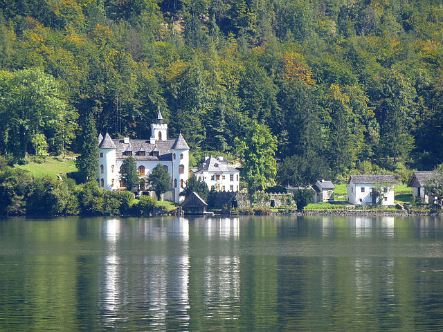 5.1411122942.the-white-castle-across-the-lake-from-hallstat