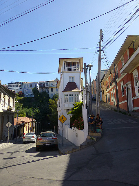 6.1423413520.narrow-streets-of-valparaiso