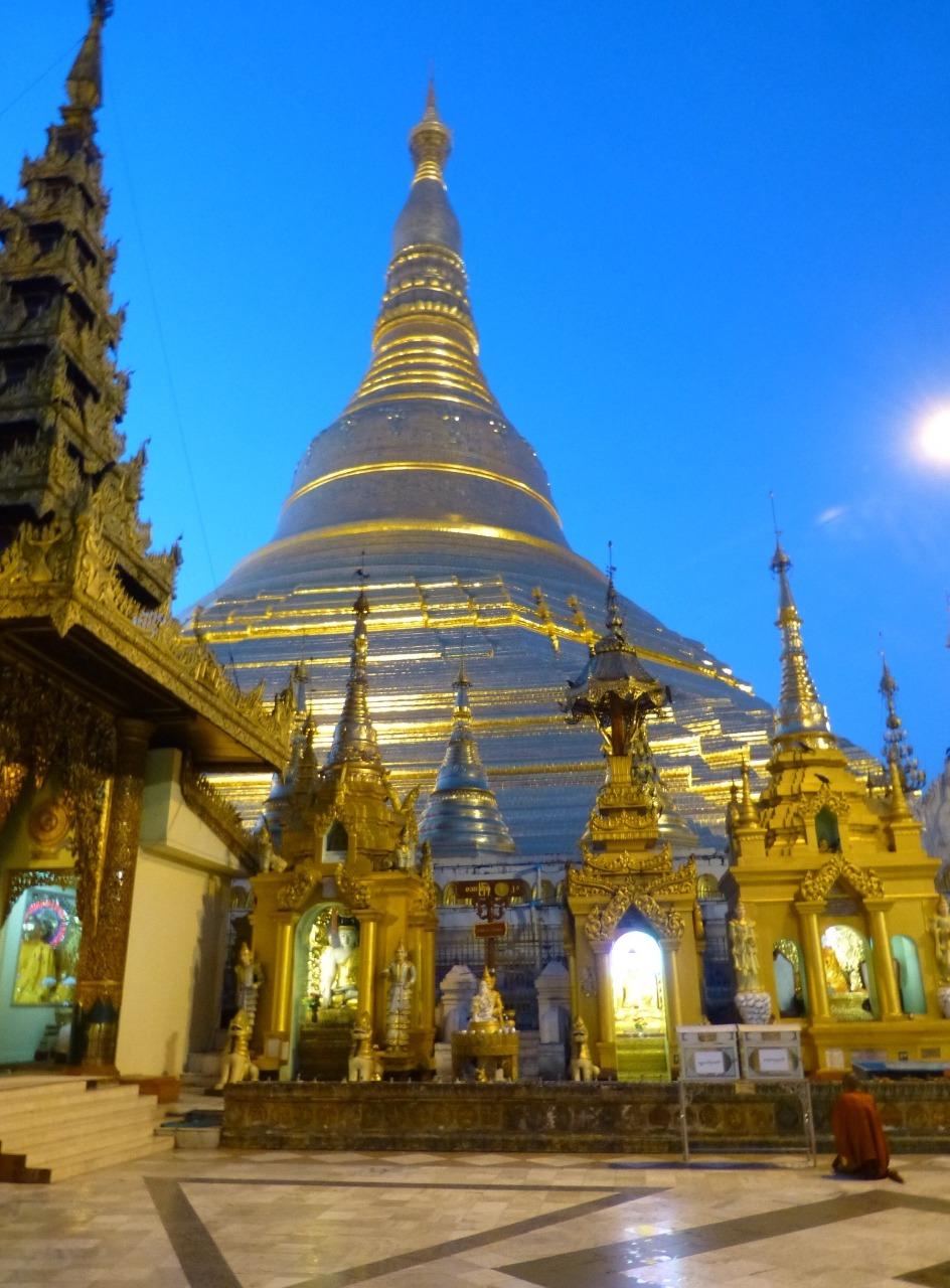 7.1477353600.shwedagon-paya-at-sunrise