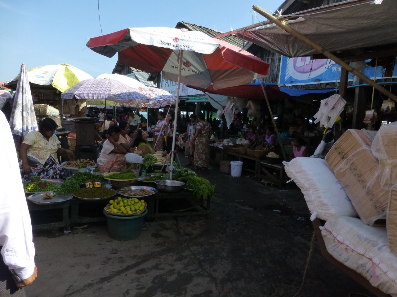 7.1477353600.sittwe-afternoon-market