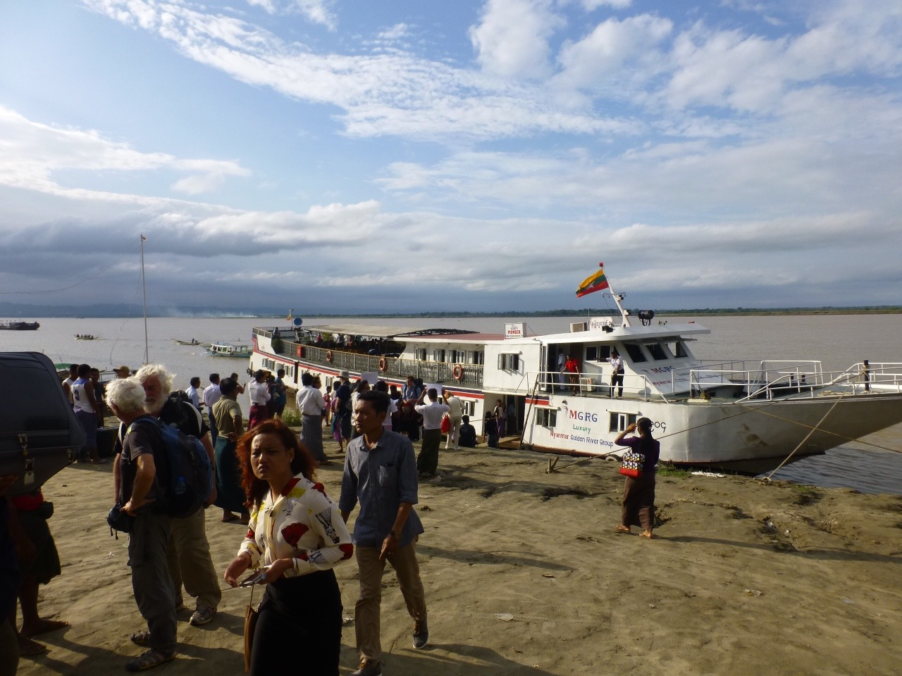 7.1478471007.my-boat-to-bagan-arriving-at-the-dock