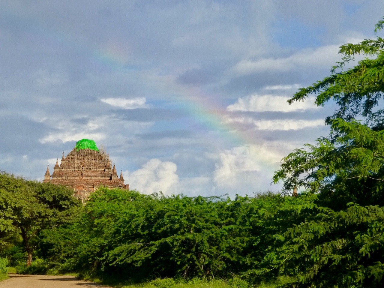 7.1478581869.rainbow-over-sulamani-temple